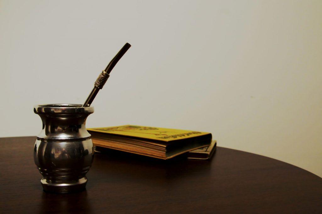 yerba mate y libro