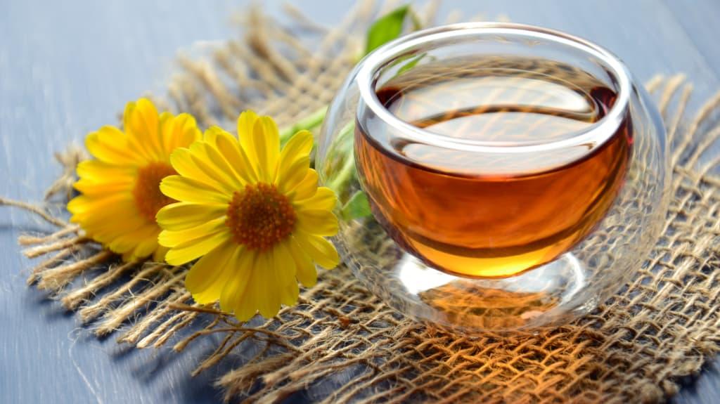 Taza de té de canela con flores